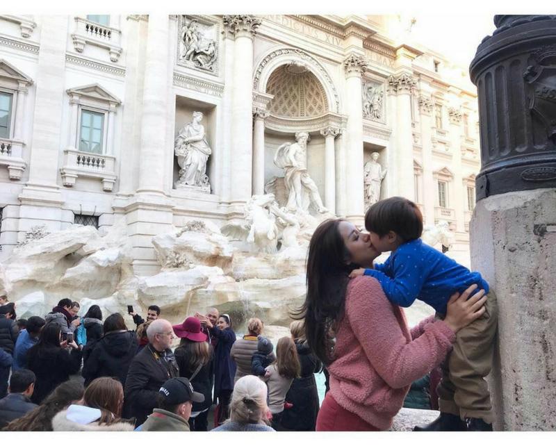 Parents, apakah Anda punya kebiasaan mencium anak di area bibir? Menunjukkan kasih sayang pada anak dengan cara menciumnya di area bibir belakangan ini menjadi tren di kalangan ibu-ibu muda. Tren ini dipelopori oleh para artis yang juga berperan sebagai ibu muda. Mereka mencium anak dengan penuh kasih sayang di area bibir. Karena terlihat sangat intim dan manis, para ibu muda lainnya pun ikut-ikutan menunjukkan kasih sayang pada anak dengan menciumnya di area bibir. Sebenarnya, bolehkah mencium anak di area bibir? Bagaimana jika ini menjadi kebiasaan? Setelah fenomena tersebut, muncullah perbedaan pendapat tentang etis atau tidaknya mencium anak di area bibir. Perdebatan ini bukan tanpa alasan. Masing-masing orang punya pendapatnya sendiri tentang fenomena ini. Efek Psikologis Mencium Bibir Anak Menurut Psikolog Menurut Dr. Charlotte Reznik, seorang psikolok di University of California, ciuman di bibir yang dilakukan orang tua pada anak dapat menyebabkan kebingungan. Ketika anak beranjak dewasa, mereka akan sadar tentang tubuh dan seksualitas mereka. Anak bisa saja terstimulasi dengan ciuman bibir yang diberikan ayah atau ibu mereka. Selain itu, saat melihat orang tuanya saling mencium bibir, kemudian hal tersebut juga dilakukan kepadanya, anak akan bingung membagi peran, perasaan, dan emosi. Untuk itu, Parents harus tahu kapan akan berhenti melakukan kebiasaan ini. Sebaiknya, ketika anak sudah memasuki usia 4 – 5 tahun, Anda harus mulai berhenti melakukan kebiasaan ini. Pendapat Lain tentang Ciuman Bibir pada Anak Menurut Dr. Fiona Martin, seorang psikolog dari Sydney Child Psychologi Centre, mencium anak di area bibir bukanlah hal yang seksual dan absurd. Orang tua boleh menunjukkan kasih sayang dengan cara demikian. Dr. Martin menganggap perilaku ini sebagai perilaku kasih sayang biasa dan tidak akan menimbulkan masalah di kemudian hari. Dilihat dari sisi budaya, mencium di area bibir juga wajar dilakukan orang-orang barat. Seiring dengan semakin mudahnya mengaks