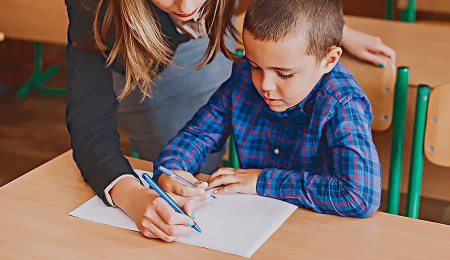 Bagaimana Cara Menstimulasi Kemampuan Memegang Pensil dan Menulis Anak?