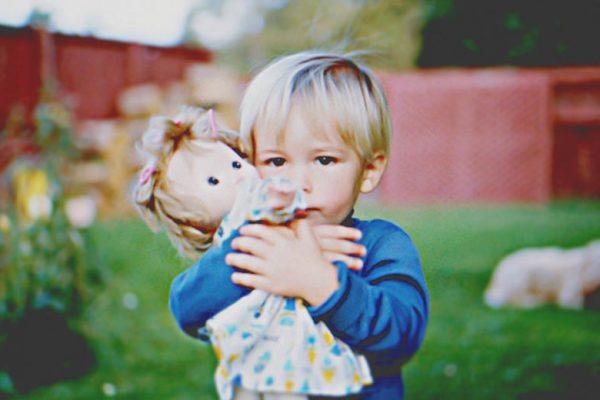 anak cowok main boneka boleh tidak?
