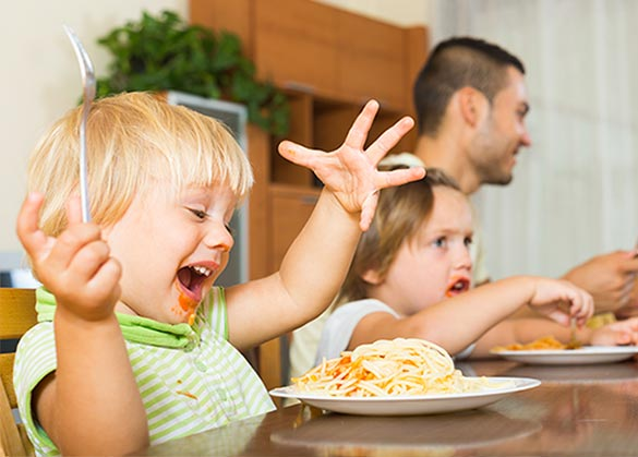 Tahapan ajarkan etika makan pada anak.