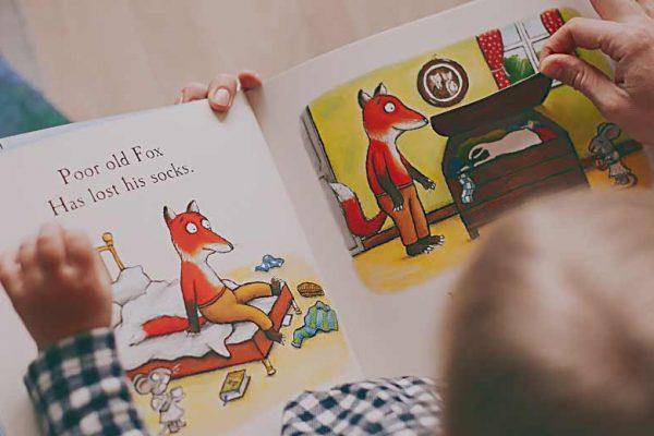 cara biasakan anak membaca sesuai usia anak